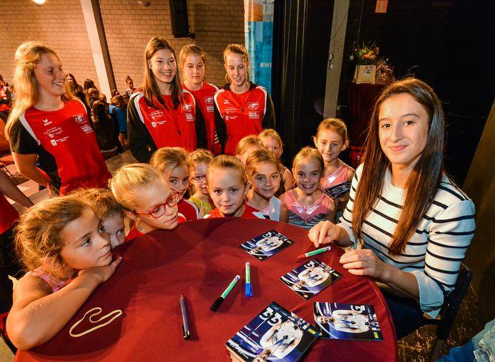 Als Europees kampioen kwam Nina Derwael op uitnodiging van de stad enkele jaren geleden op bezoek in sporthal Ter Linde in Geluwe, waar ze een handtekeningensessie gaf.
