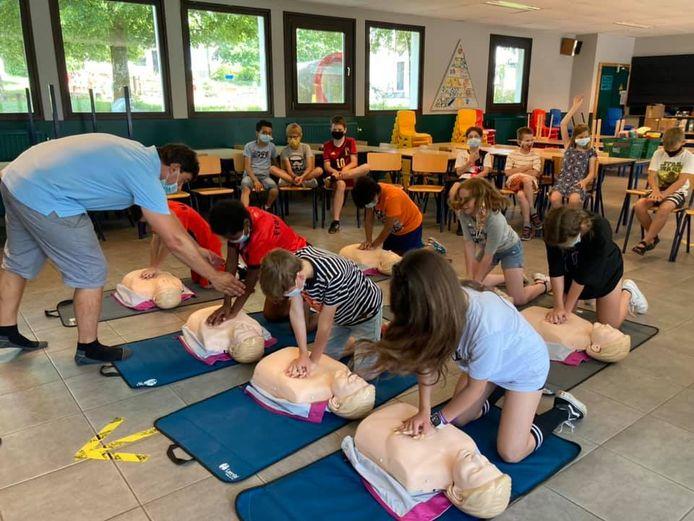 De leerlingen uit het zesde leerjaar van GO! basisschool Molenveld in Denderhoutem leren 'Reanimeren op school'.
