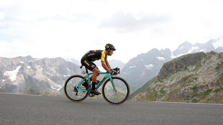 Primoz Roglic rijdt tussen de granieten reuzen van de Alpen. Beeld anp