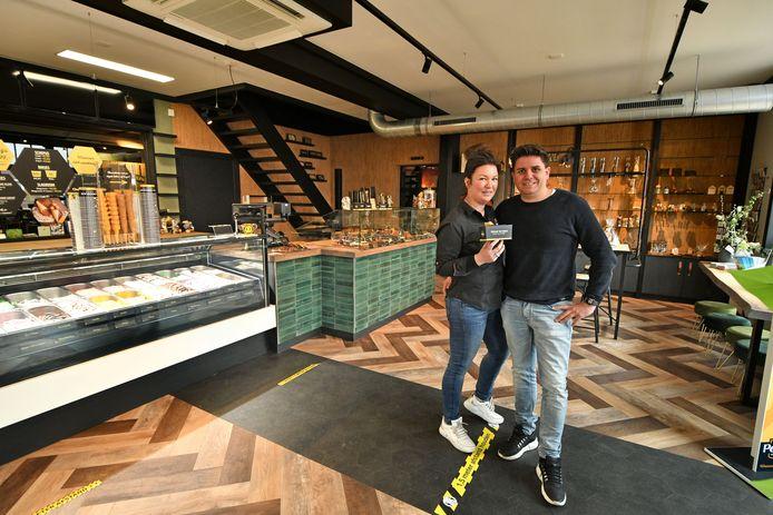 Roy Spekhorst samen met zijn vriendin Wendy Amweg in de nieuwe ijssalon.