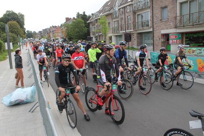 Duizenden fietsers aan de start van het Gordelfestival.