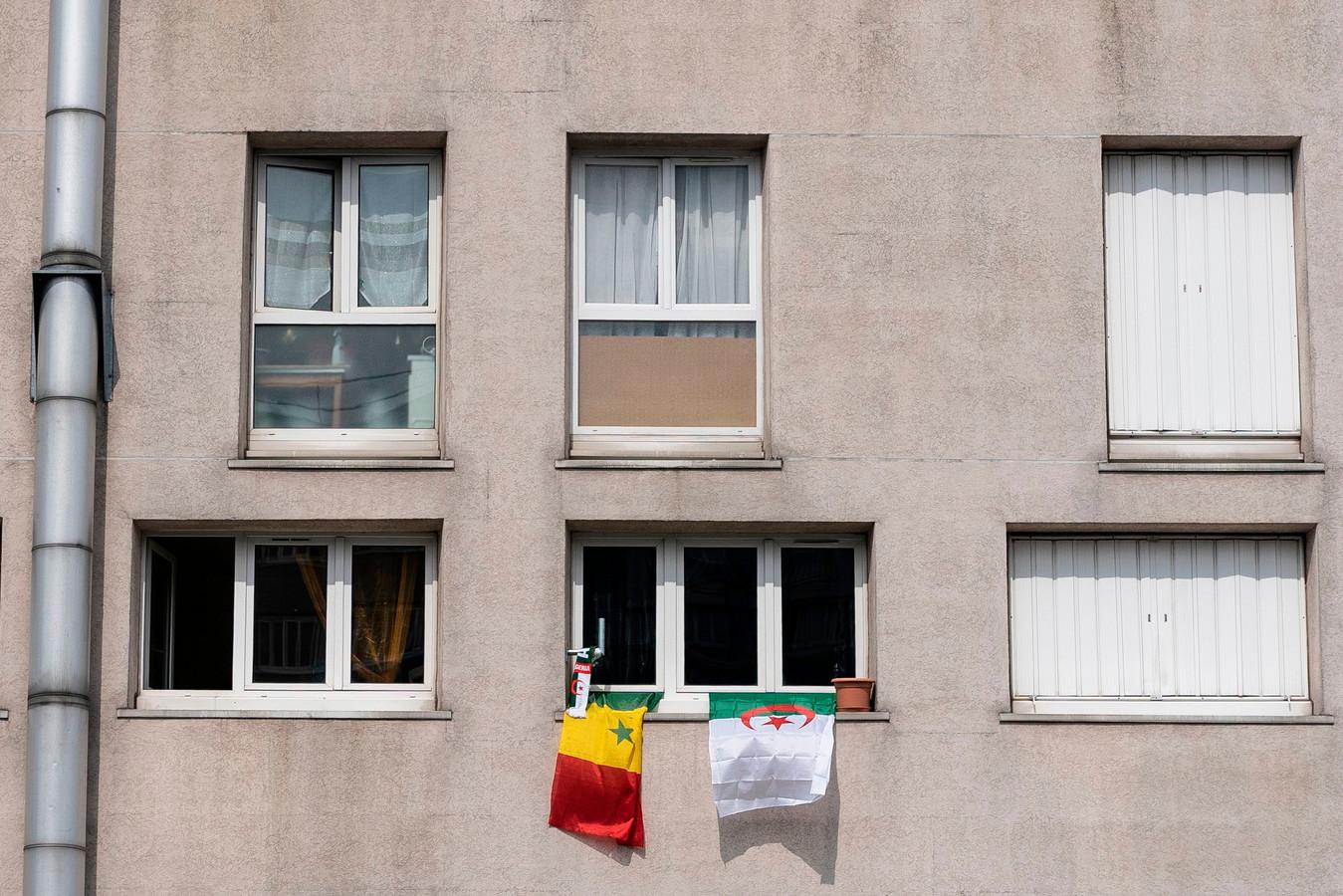 De Senegalese en de Algerijnse vlag in Champigny-sur-Marne. De twee bondscoaches die morgen in de finale staan zijn beiden opgegroeid in het Franse stadje.