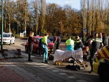 Vrouw met hoofdwond naar ziekenhuis na aanrijding op zebrapad