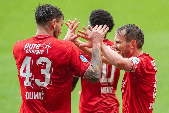 Wout Brama is blij met doelpuntenmaker Dario Dumic.