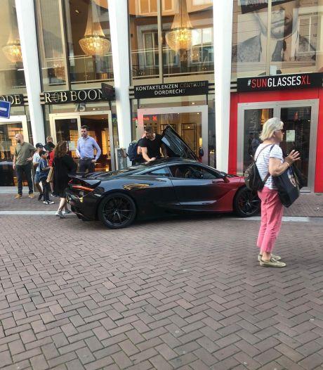 'Foutparkeerder' Rico Verhoeven trekt veel bekijks in Dordrecht: 'Hij ging ff een brilletje halen'