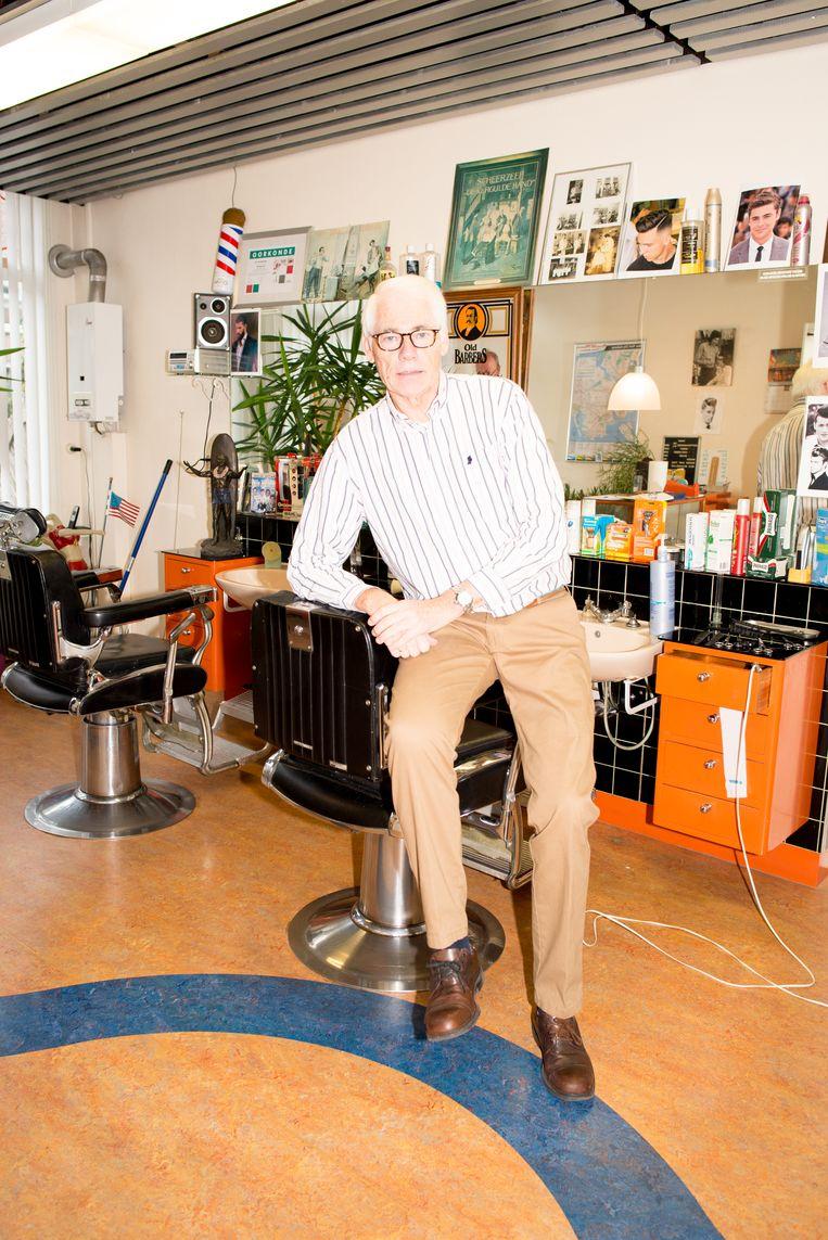Ruud vanGeemen in zijn kapperszaak, de plek waar 69 jaar geleden zijn wieg stond. Beeld Marjolein van Damme