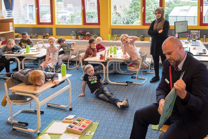 Machinist Marco Janssen komt voorlezen op Montessorischool in Tiel