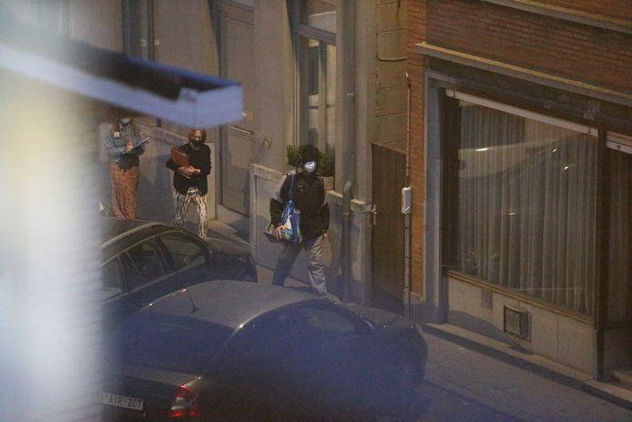 De dader wandelt met een jas, muts en koptelefoon en een zak op de schouder naar de plaats delict.