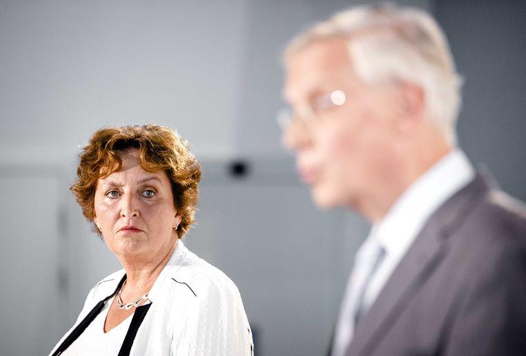 Voorzitter van de evaluatiecommissie, Liesbeth Spies, en interim partijvoorzitter Marnix van Rij (R) tijdens de persconferentie. Beeld ANP