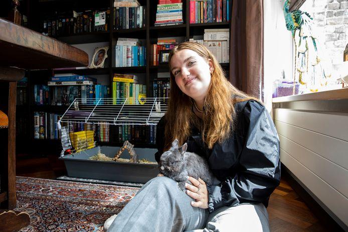 Karlijn van Os met haar konijn.