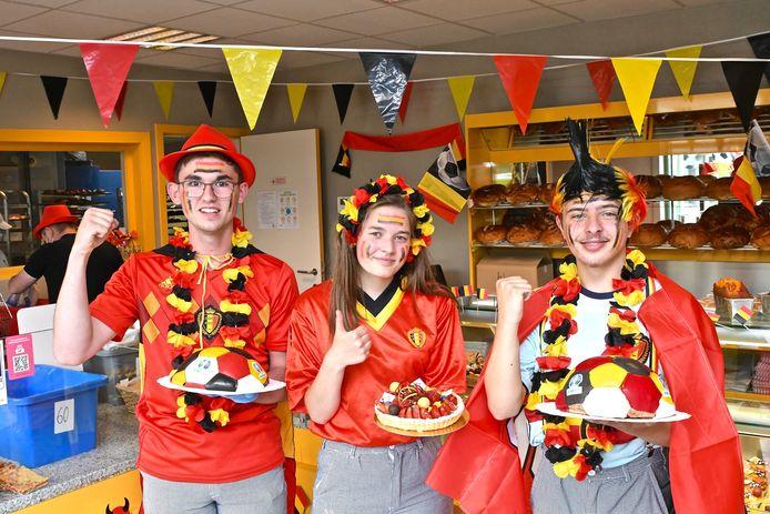Leerlingen Maris Vandenbroucke, Jana Delchambre en Jeremy Gadek zijn trots op hun creaties.