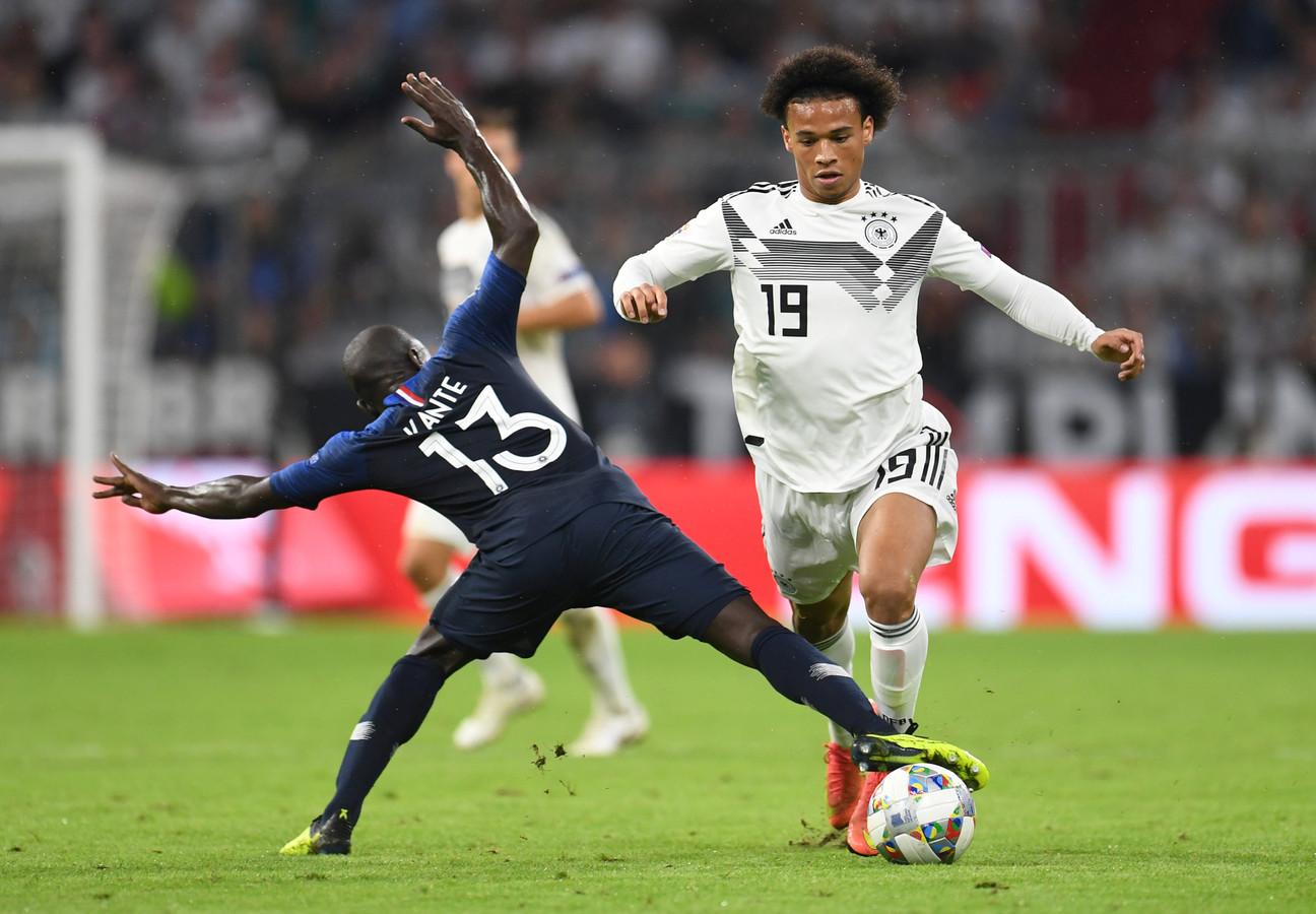 Leroy Sané, hier in duel N'Golo Kante, keerde donderdag tegen Frankrijk terug in de nationale ploeg.