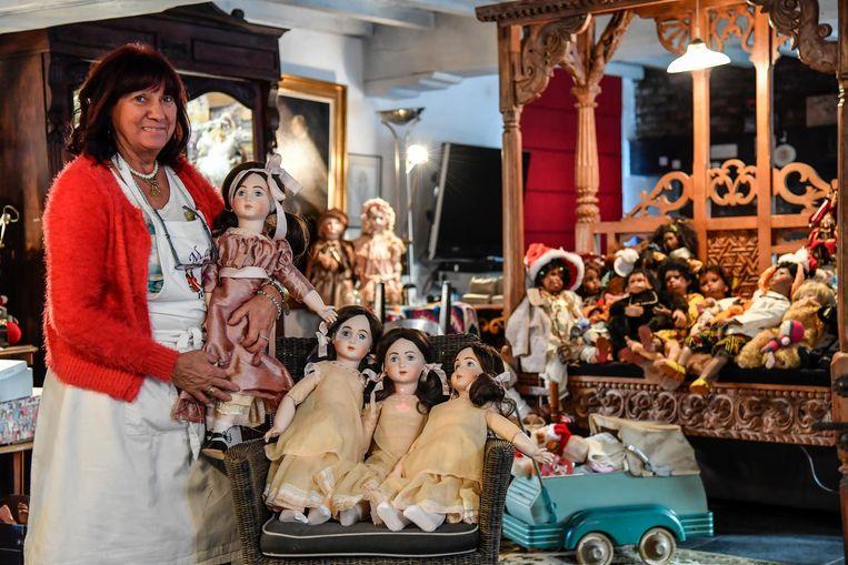 Poppenmaakster Christiana Moens bij enkele van haar creaties. Foto's linksboven en rechtsonder: Ook deze poppen behoren tot de collectie van Moens.