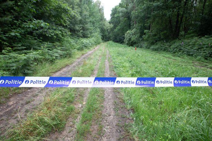 De toegangsweg naar de vindplaats van Jürgen Conings is afgespannen met politielint