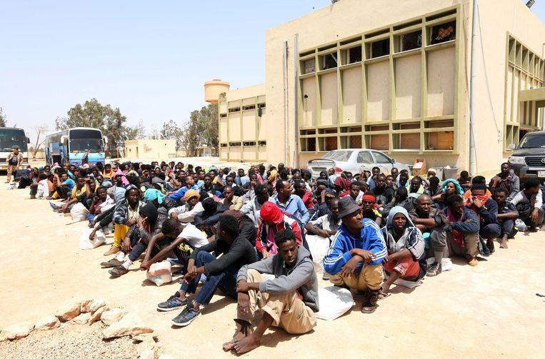 Afrikaanse asielzoekers die naar Europa willen, worden vastgezet in een opvangcentrum voor illegale migranten in de Libische havenstad Misrata. Beeld AFP