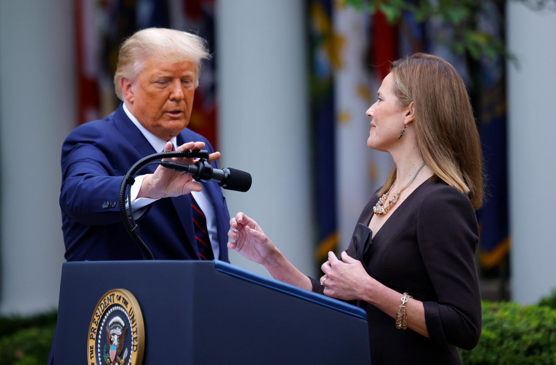 President Trump zet de microfoon goed voor rechter Amy Coney Barrett. Hij wil dat zij toetreedt tot het hooggerechtshof.