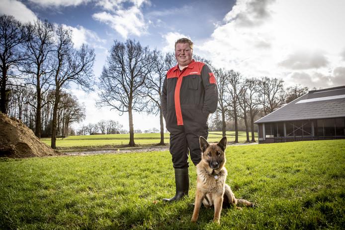 Kevin Hunder met zijn hond Sita op de plek die ze inmiddels hebben verlaten. De Lutte is ingeruild voor Vinkenbuurt.  Let op: we proberen de naam van de hond nog ff te achterhalen