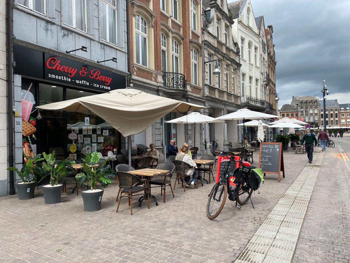 LIER - Naast een parasol raakten ook enkele stoelen en tafels beschadigd.