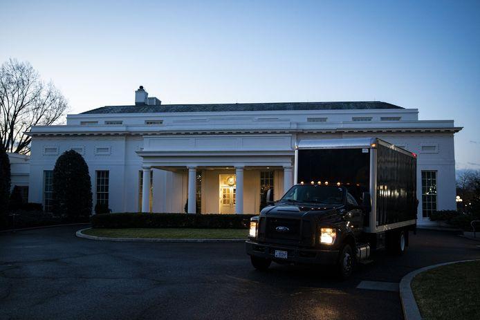 Een volle verhuiswagen verlaat bij zonsopgang de West Wing van het Witte Huis.