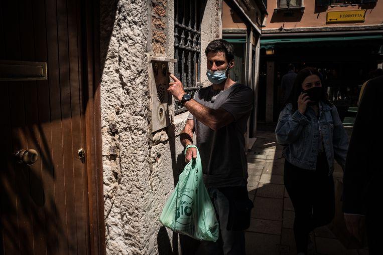 Groenteman Mantovan belt aan bij een huis aan de kade. Beeld Nicola Zolin