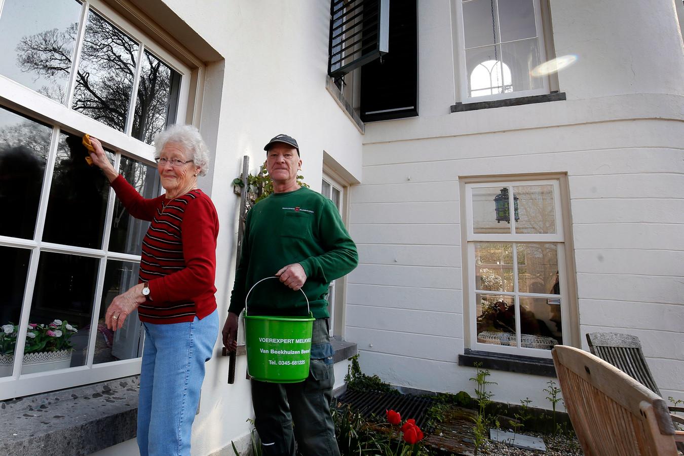 Huishoudster Pieta van der Burg en huisbewaarder Nico van der Hoeven zemen samen de ramen van het 'grote huis' op Mariënwaerdt.
