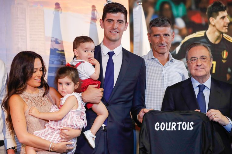 Van links naar rechts: ex-vriendin Marta Dominguez met hun dochter Adriana (3), zoontje Nicolas (1) op de arm van vader Thibaut Courtois, diens vader Thierry, en Real Madrid-voorzitter Florentino Pérez. Beeld Photo News