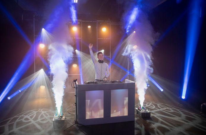 DJ Recover bijt het spits af in Veenendaal bij Vlow0318. Zijn publiek zit thuis op de bank en bekijkt zijn show via een livestream.