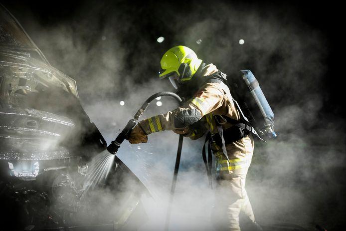 Bluswerk van de Doesburgse brandweer kon niet verhinderen dat een bestelbus helemaal vernield raakte.