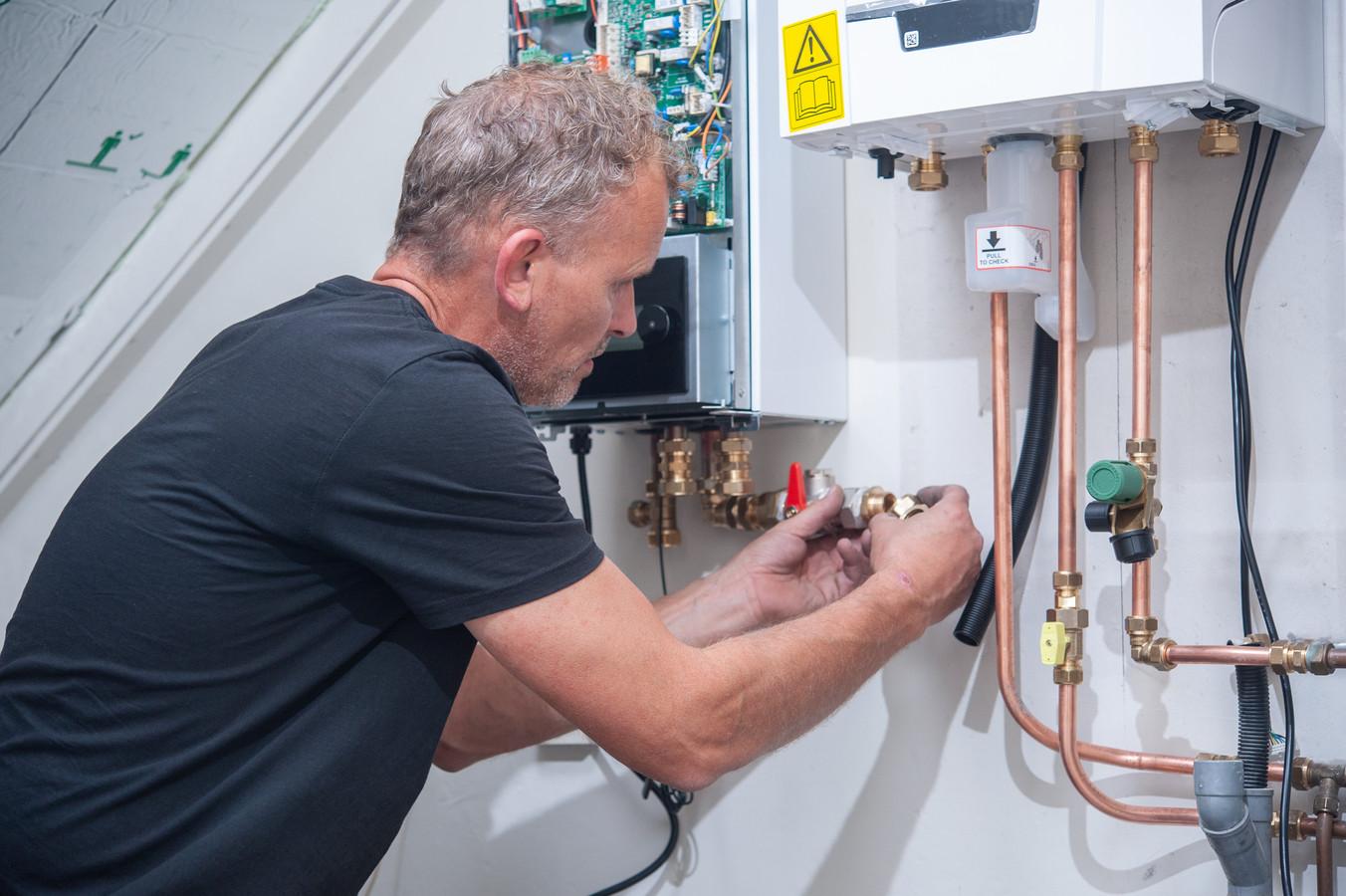 Aanleg van een hybride warmtepompinstallatie bij een gasketel.