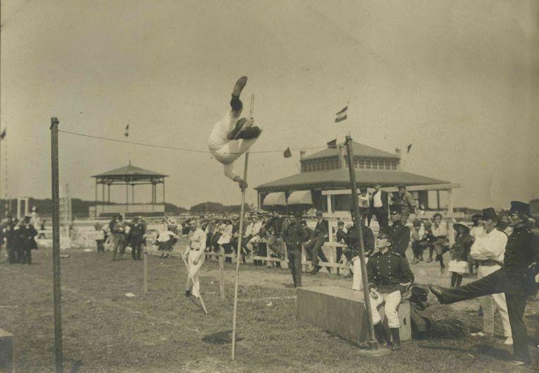 Een sportfeest van de Nederlandse Bond voor Lichamelijke Opvoeding. Beeld