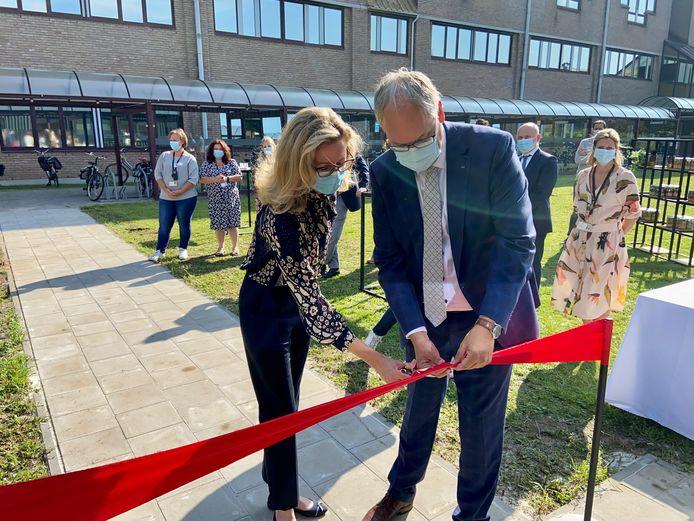 Medisch diensthoofd psychiatrie Marjolijn Bergoets en waarnemend burgemeester van Brasschaat Philip Cools knippen het lintje door