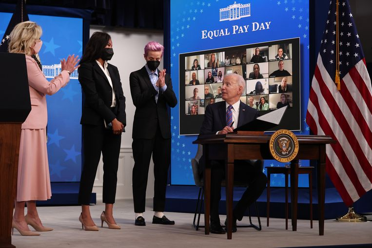 President Joe Biden (R) naast first lady Dr. Jill Biden (L) en voetballers Margaret Purce (M-L) en Megan Rapinoe (M-R). Beeld Getty Images