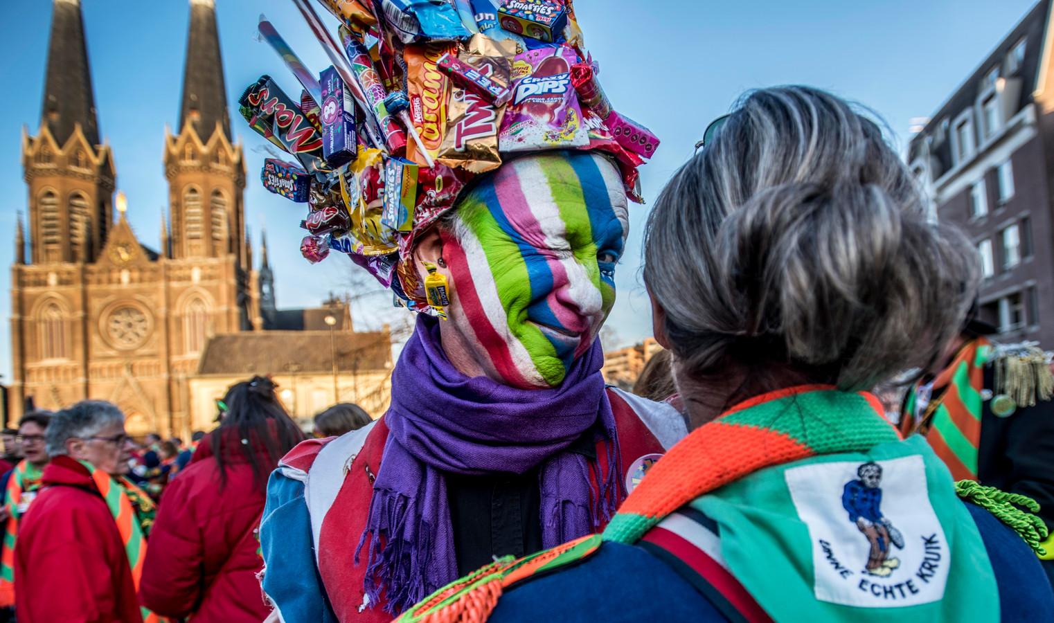 Buiten geen feest, daar zitten haken en ogen aan, maar er komen wel kleinere carnavalsfeestjes in verschillende kroegen.