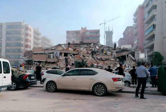 De schade is groot, onder meer in Izmir, Turkije.
