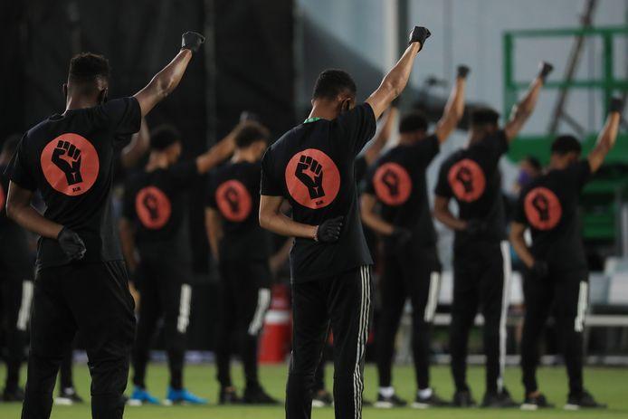 MLS-spelers voor bij ceremonie voor de eerste wedstrijd van MLS is back.