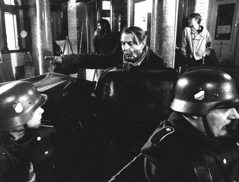 Still uit Max Havelaar. Boven: Op het terrein van het voormalige Wilhelmina Gasthuis worden in maart 1985 opnamen gemaakt voor de speelfilm De aanslag. Regisseur Fons Rademakers geeft aanwijzingen. Beeld