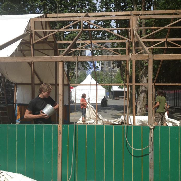 Ook op zondag wordt nog gebouwd aan het festival.