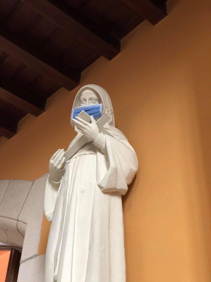 De heiligenbeelden in de kerk van Bellem dragen een mondmasker.