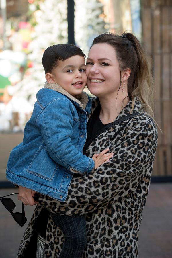 Manuela Hol met haar oudste zoontje Manoah.