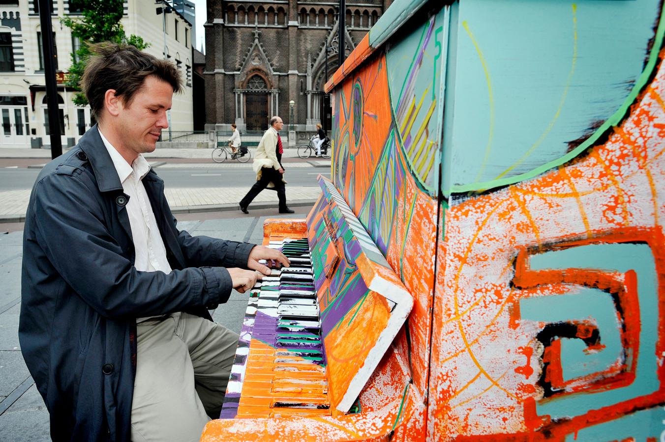 Met Play me I'm yours, tijdens Incubate in 2011, stonden meer dan honderd piano's in de binnenstad. Het was een project van kunstenaar Luke Jerram (foto). Veel Tilburgers kropen die week achter de piano's.