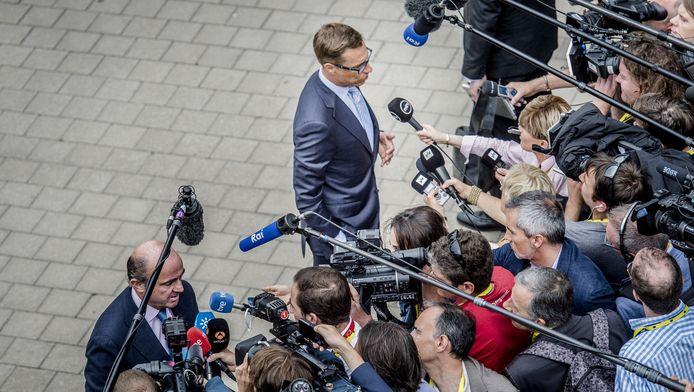 Europees Commissaris voor Economische en Financi'le zaken Pierre Moscovici en minister van Financien van Finland Alexander Stubb staan de pers te woord.