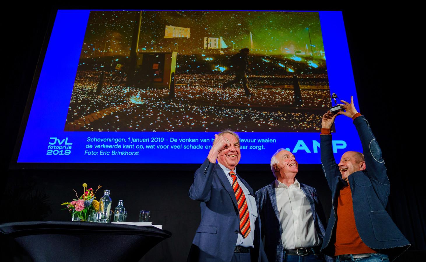 Onder toeziend oog van jurylid Leo Blom (M) krijgt fotograaf Eric Brinkhorst (R) uit handen van de Haagse fotograaf Jos van Leeuwen (L) de Jos van Leeuwen Fotoprijs.
