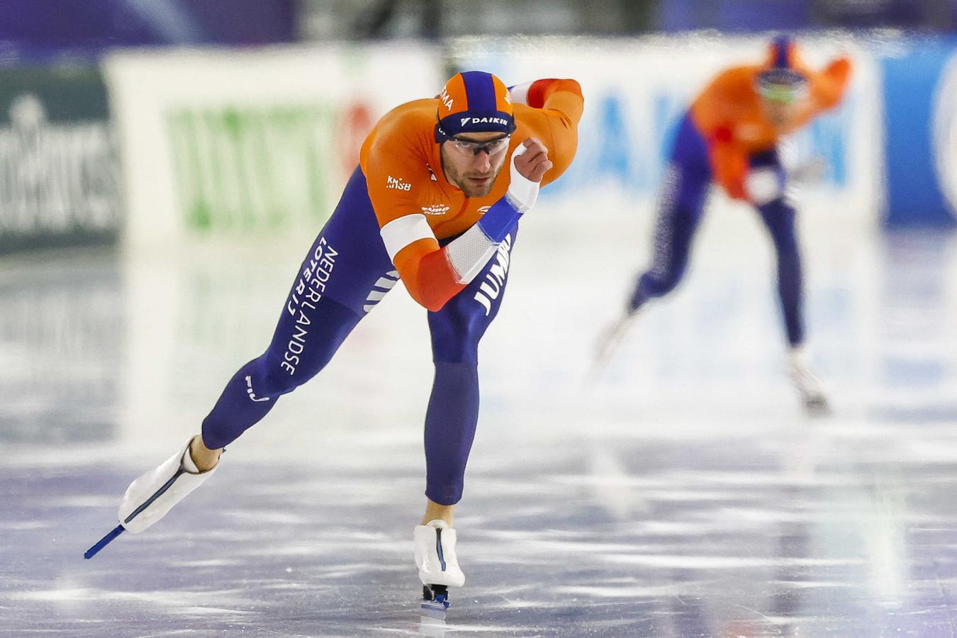 Thomas Krol in actie op de 1500 meter mannen tegen Patrick Roest tijdens de wereldbeker schaatsen in Thialf.