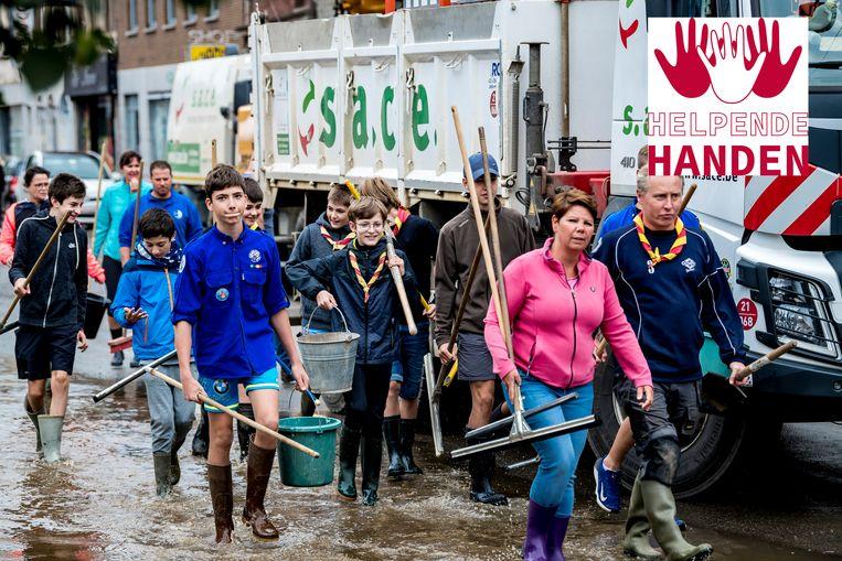In Pepinster gingen mensen aan de slag om te helpen na de wateroverlast.  Beeld Photo News