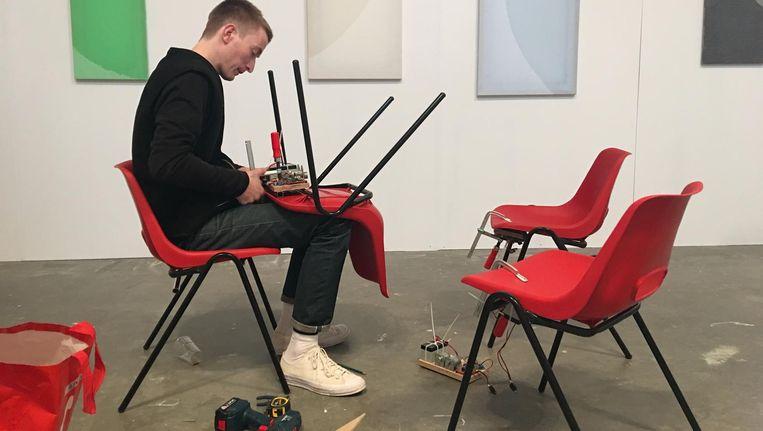 Alex Farrar en zijn trillende stoelen. Veertig kunstenaars doen mee aan Unfair Beeld Kees Keijer