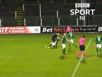 Bizarre beelden: woeste Noord-Ierse doelman slaat na tegengoal ploegmaat neer en krijgt rood