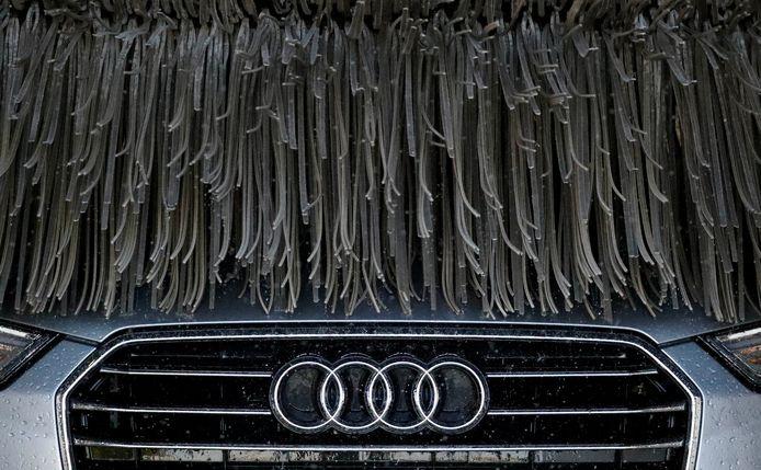 Auto in een wasstraat.