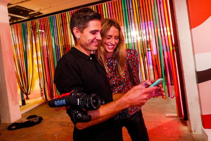 Influencer Barbara Celine Zwerver bekijkt de foto's die van haar gemaakt zijn tijdens de Smile Safari.