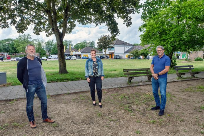 Omwonenden Han Gooskens, Mariska van Regteren en Jan de Haan (vnlr) op de plek waar de nieuwbouw op de Scheperij in Teteringen moet komen. Op de achtergrond is de huidige Jumbo Supermarkt te zien.