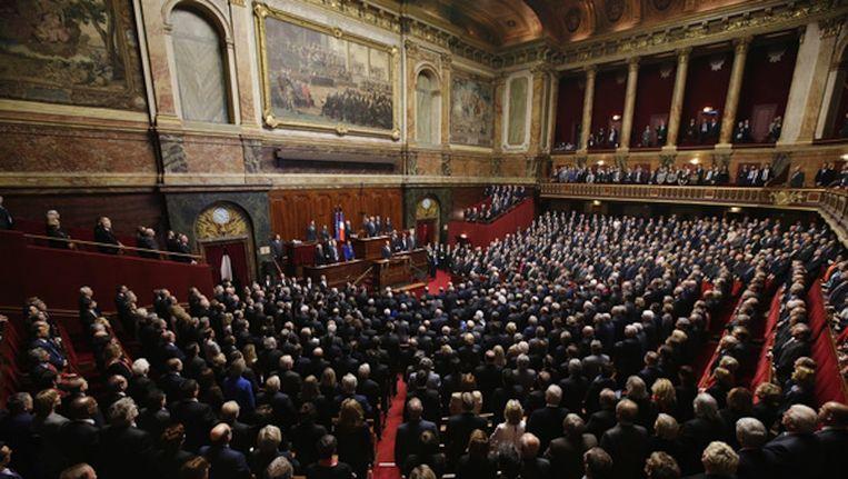 President Hollande en alle afgevaardigden zingen volkslied La Marseillaise, gisteren in Versailles Beeld Phillippe Wojazer/EPA